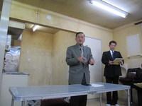 司会の佐々木君と荒井議長の写真
