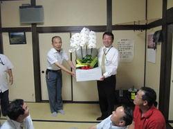 御礼のお花を添川さんから渡していただきました。